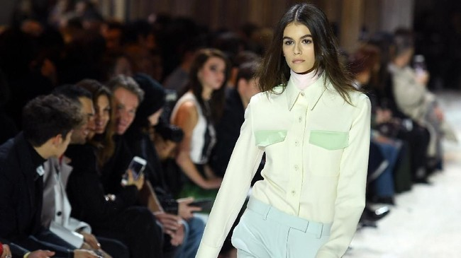 Kaia Gerber juga menjadi satu dari deretan model yang mencolok di peragaan Calvin Kleindi pekan mode New York Fashion Week pada 13 Februari lalu. (AFP PHOTO / ANGELA WEISS)
