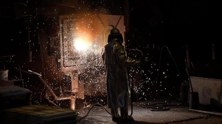 Industri manufaktur atau non migas masih dibayang-bayangi kelesuan.