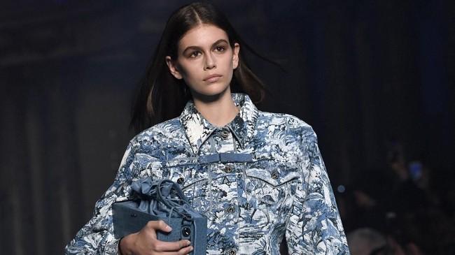 Model Kaia Gerber (16), putri Cindy Crawford menjadi sorotan khusus sepanjang pekan mode di awal 2018. Ia tampil untuk sejumlah label ternama, sebut saja di antaranya Off-White untuk koleksi Fall/Winter 2018 di Paris, (1/3). (AFP PHOTO / ALAIN JOCARD)