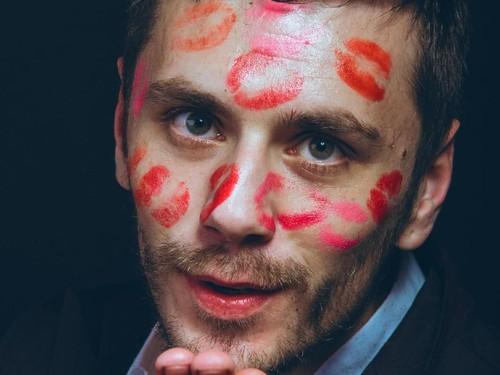 Ini yang Ada di Pikiran Pria Saat Wanita Pakai Lipstik Merah atau Pink