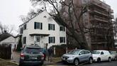 Pohon besar 'bersandar' di pojok sebuah rumah setelah tumbang karena adanya angin berkecepatan tinggi di Bronx, New York. (AFP PHOTO / Don EMMERT)