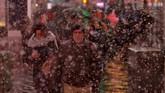 Salju dan hujan juga diprediksi akan terus datang hingga Sabtu meski langit kian cerah dan kecepatan angin berkurang drastis jelang tengah malam. (REUTERS/Andrew Kelly)