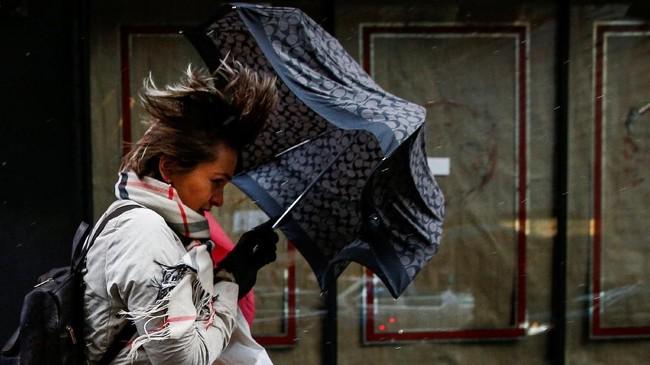 Badai ini diprediksi mereda pada Sabtu. Hanya saja, Badan Cuaca Nasional AS menyebut kota Boston bisa saja menghadapi gelombang susulan. (REUTERS/Brendan McDermid)