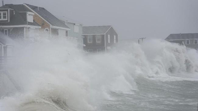 Area pantai di New England, Amerika Serikat, menghadapi gelombang tinggi seperti terlihat di Scituate, Massachusetts. Gelombang ini baru mereda ketika malam datang. Badai yang dikenal sebagai bom siklon itu menyapu daerah timur AS. (AFP PHOTO / RYAN MCBRIDE)