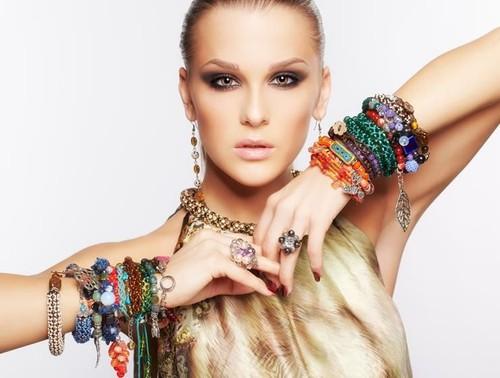 5 Tren Fashion yang Sebaiknya Dihindari Wanita 35 Tahun ke Atas
