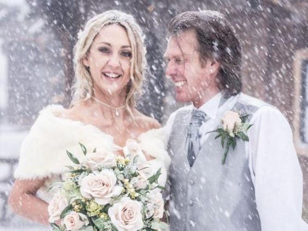 Menantang Dingin, Pasangan Ini Gelar Pernikahan di Tengah Badai Salju