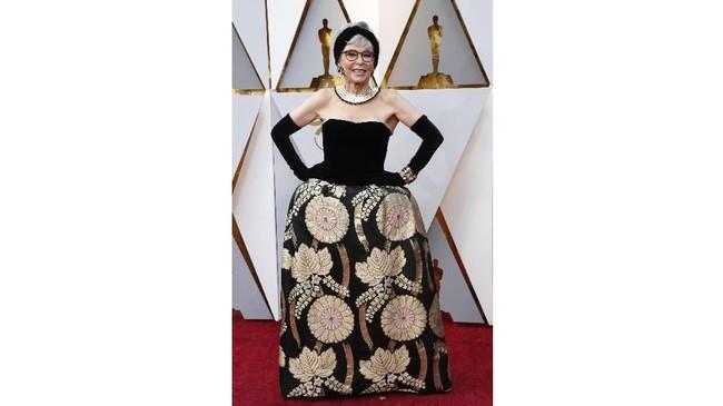 Rita Moreno memakai kembali gaun Oscarnya dari tahun 1962. Dia memberikan beberapa sentuhan baru yaitu mengubahnya menjadi strapless. Tak ada yang salah dengan gaunnya, tapi kesleuruhan paduan gaya dengan kalung silver, headband, bangles emas, dan sarung tangan hitam panjang terlihat tak sesuai.(REUTERS/Mario Anzuoni)