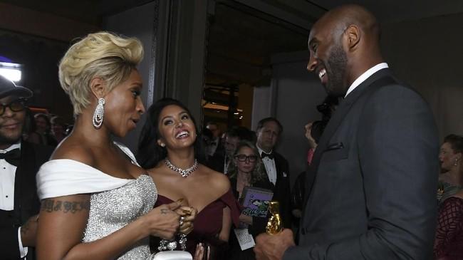 Kobe Bryant dan Vanessa berbicara dengan penyanyi dan aktris Mary J. Blige. Kobe menjadi atlet juara NBA pertama yang merebut gelar Oscar. (AFP PHOTO / ANGELA WEISS)