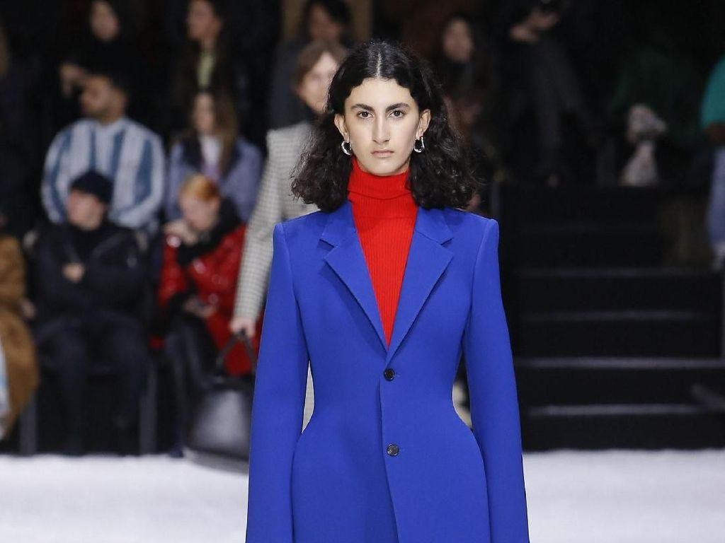 Pinggul Angela Merkel Jadi Inspirasi Balenciaga di Paris Fashion Week?