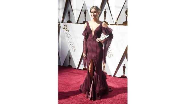 Warna gaun Renee Bargh sebenarnya cocok untuk kulitnya. Hanya saja bentuk dan detail gaun yang dipakainya terlihat aneh. Tambahan detail cut out, belahan kaki tinggi, dan tambahan layer dan lace di beberapa bagiannya terasa aneh dilihat. (Frazer Harrison/Getty Images/AFP)