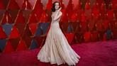 Allison Williams memilih gaun Armani Prive dengan warna kecoklatan yang lembut. Gaunnya juga memiliki gaya ala putri negeri dongeng yang indah dan penuh detail. (REUTERS/Carlo Allegri)