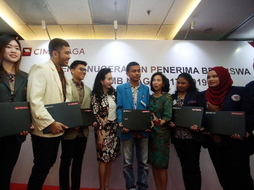 Beasiswa yang diberikan berupa laptop dengan total anggaran Rp 3 miliar untuk 100 mahasiswa.