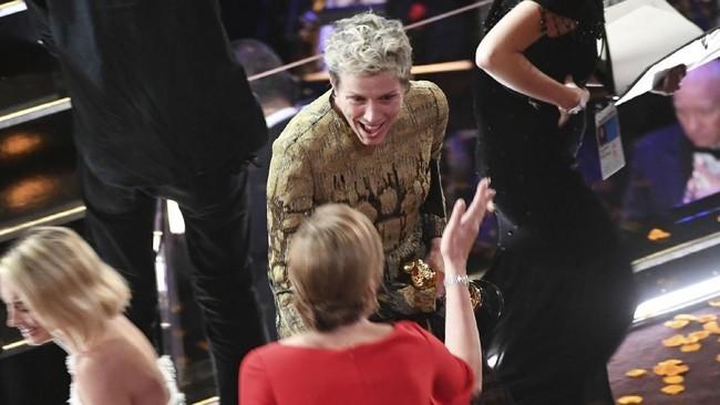 Aktris Frances McDormand (tengah) sempat memberikan penghormatan kepada seluruh aktris dan sineas ketika ia diberikan penghargaan Aktris Terbaik Oscar 2018. Penghormatan itu membuat seisi Dolby Theatre bertepuk tangan riuh. (Kevin Winter/Getty Images/AFP)