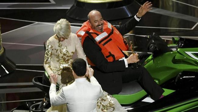 Di awal acara, Jimmy Kimmel sempat menjanjikan akan memberi 'doorprize' berupa motor jetski kepada pemenang Oscar 2018 dengan pidato tersingkat. Di akhir acara, Kimmel menepati janjinya dengan memberikan jetski itu kepada Mark Bridges yang memenangkan kategori Kostum Terbaik untuk film 'Phantom Thread'.(Kevin Winter/Getty Images/AFP)