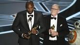 Kobe Bryant dan sutradara Glen Keane menerima penghargaan film pendek animasi terbaik untuk film 'Dear Basketball'. (Kevin Winter/Getty Images/AFP)