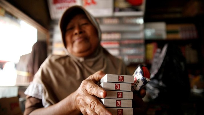 FILE PHOTO: A woman holds packs of Sampoerna cigarettes produced by PT HM Sampoerna at a cigarette shop in Jakarta, August 1, 2017. REUTERS/Beawiharta/File Photo                      GLOBAL BUSINESS WEEK AHEAD         SEARCH GLOBAL BUSINESS FOR ALL IMAGES?