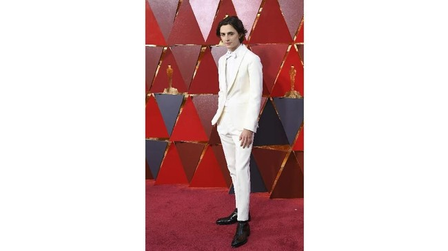 Timothee Chalamet memilih gaya monokrom dengan gaya serba putih. Kemeja putih, tuksedo putih, celana panjang putih, dan bowtie putih semuanya melengkapi penampilannya. (AFP PHOTO / ANGELA WEISS)