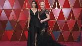 Garbine Muguruza dan Lindsey Vonn sama-sama mengenakan gaun hitam di ajang penghargaan Oscar 2018. (Kevork Djansezian/Getty Images/AFP)