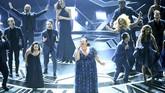 Aktris dan penyanyi Keala Settle menyanyikan lagu 'This Is Me' yang merupakan lagu tema dari film musikal fenomenal 'The Greatest Showman' di atas panggung Oscar 2018. Penampilan ini sekaligus mewakili keberagaman dengan diikuti paduan suara dari lintas ras dan agama.(Kevin Winter/Getty Images/AFP)