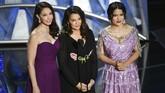 Salah satu momen penting bagi Hollywood dalam Oscar 2018, Minggu (4/3) adalah perlawanan terhadap pelecehan seksual. Ashley Judd (kiri), Annabella Sciorra (tengah) dan Salma Hayek (kanan) yang jadi korban pelecehan Harvey Weinstein pun menyampaikan kampanye itu di panggung Oscar. (Kevin Winter/Getty Images/AFP)