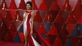 Blanca Blanco mungkin jadi artis paling seksi di Oscar 2018 dengan gaun Atria Couture yang juga didesain olehnya. Dalam gaunnya dia menggambarkan sebagai gaun yang melambangkan kesamaan, harapan baru, dan passion. Namun dengan gaun ini dia terlihat seperti atlet renang. (REUTERS/Carlo Allegri)