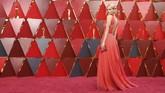 Samara Weaving hadir ke penghargaan Oscar pertamanya dnegan menggunakan gaun plunging sifon berwarna coral. Detail silang sparkling di gaun ala Yunaninya membuat figurnya jadi lebih seksi. (AFP PHOTO / ANGELA WEISS)