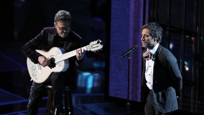 Perayaan 90 tahun acara Academy Awards atau Oscar 2018 berlangsung di Dolby Theatre, Minggu (4/3) malam waktu Los Angeles. Salah satu penampilan dalam acara tersebut adalah Gael Garcia Bernal yang membawakan lagu 'Remember Me' dari film pemenang Animasi Panjang Terbaik, 'Coco'.(REUTERS/Lucas Jackson)
