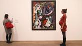 Nancy Ireson, kurator pameran 'Love, Fame, Tragedy' tersebut mengatakan karya-karya Picasso ini belum pernah terlihat lagi sejak 1932. (REUTERS/Simon Dawson)