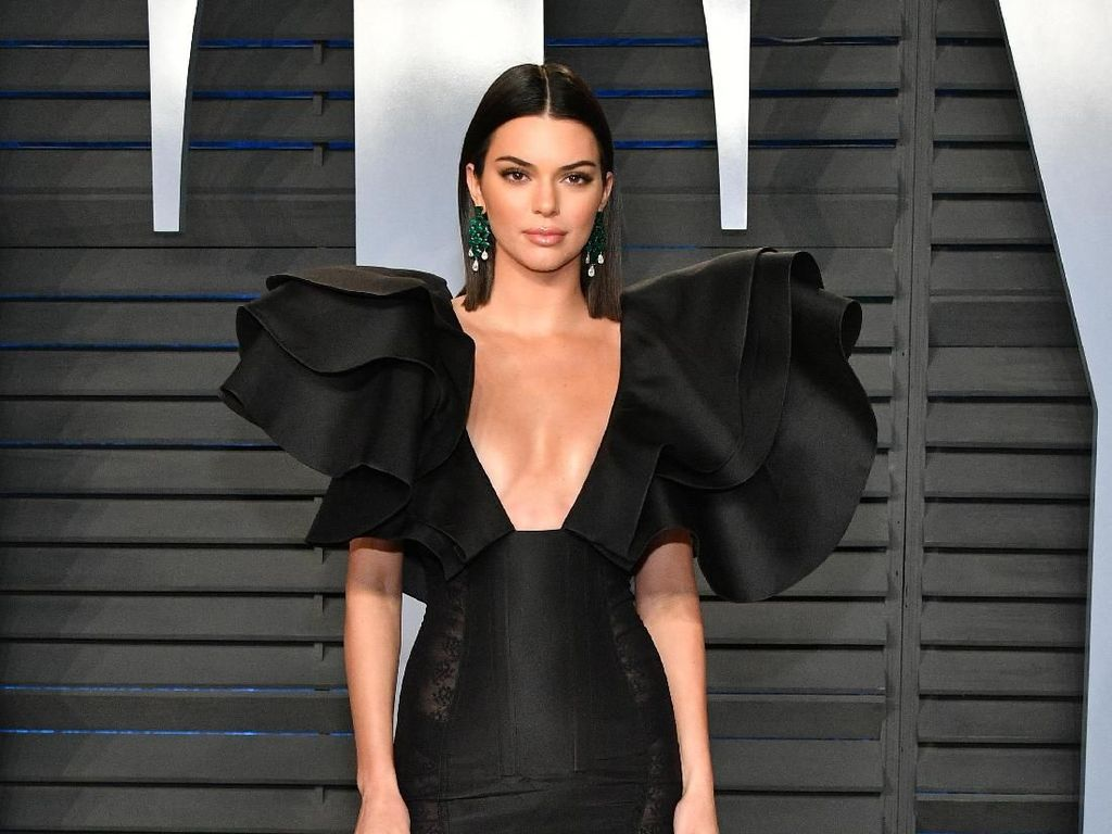 Foto: Kendall Jenner Seksi Bergaun Bahu Dramatis di After Party Oscars