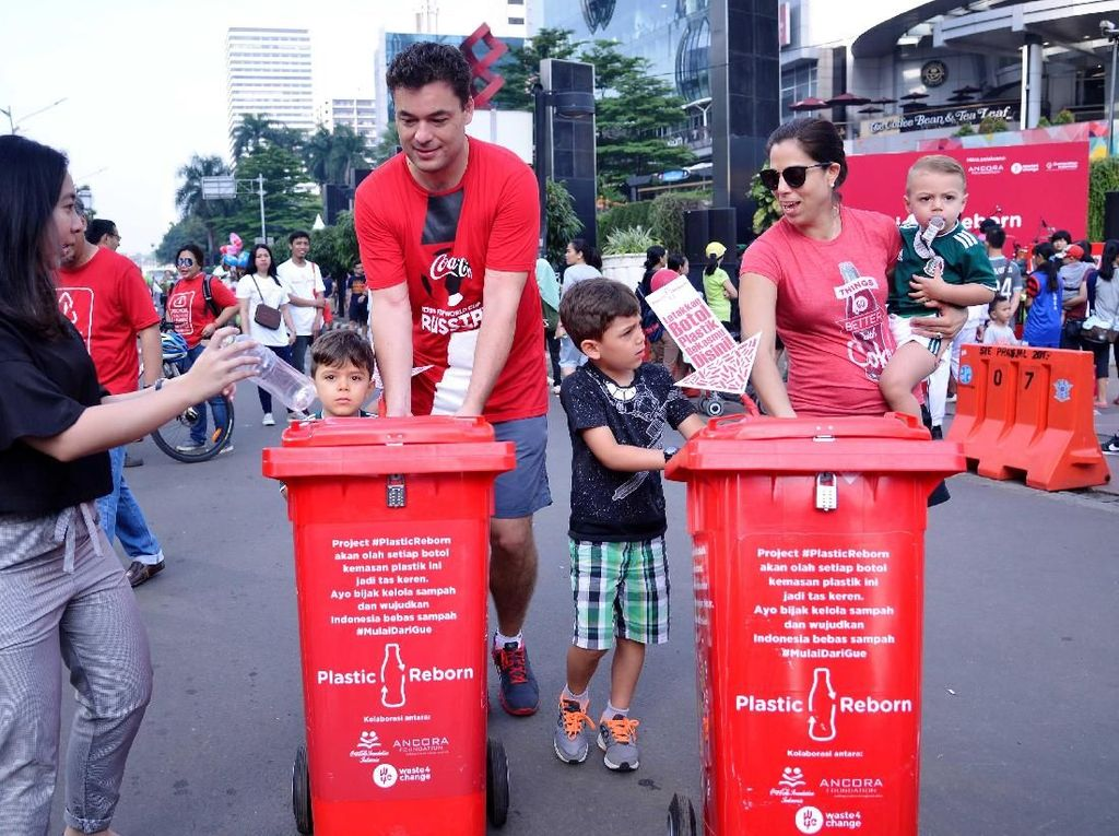 Diego Gonzalez - President Director Coca-Cola Indonesia (tengah), membawa tempat sampah di sela-sela acara Plastic Reborn. Acara ini digelar 4 Maret 2018 di Car Free Day. Pool/Plastic Reborn.