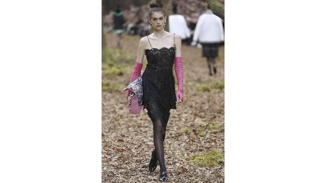 Kiprahnya di panggung mode makin dilirik dan menjanjikan ketika ia juga didapuk berjalan untuk peragaan busana koleksi Fall 2018, Chanel di Paris, pada Selasa (6/3). (AFP PHOTO / Patrick KOVARIK)