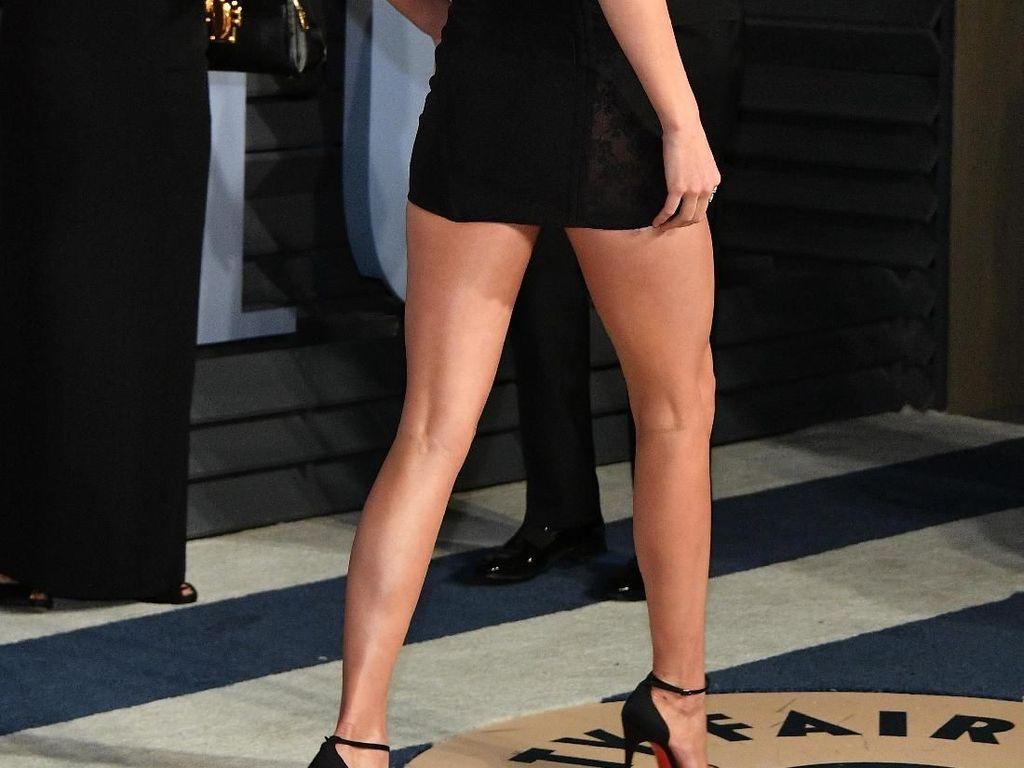 Foto: Kendall Jenner Seksi Bergaun Bahu Dramatis di After Party Oscars