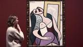 Lukisan 'Sleeping Woman by a Mirror' menjadi salah satu karya Picasso di kala usianya 50 tahun. (REUTERS/Simon Dawson)