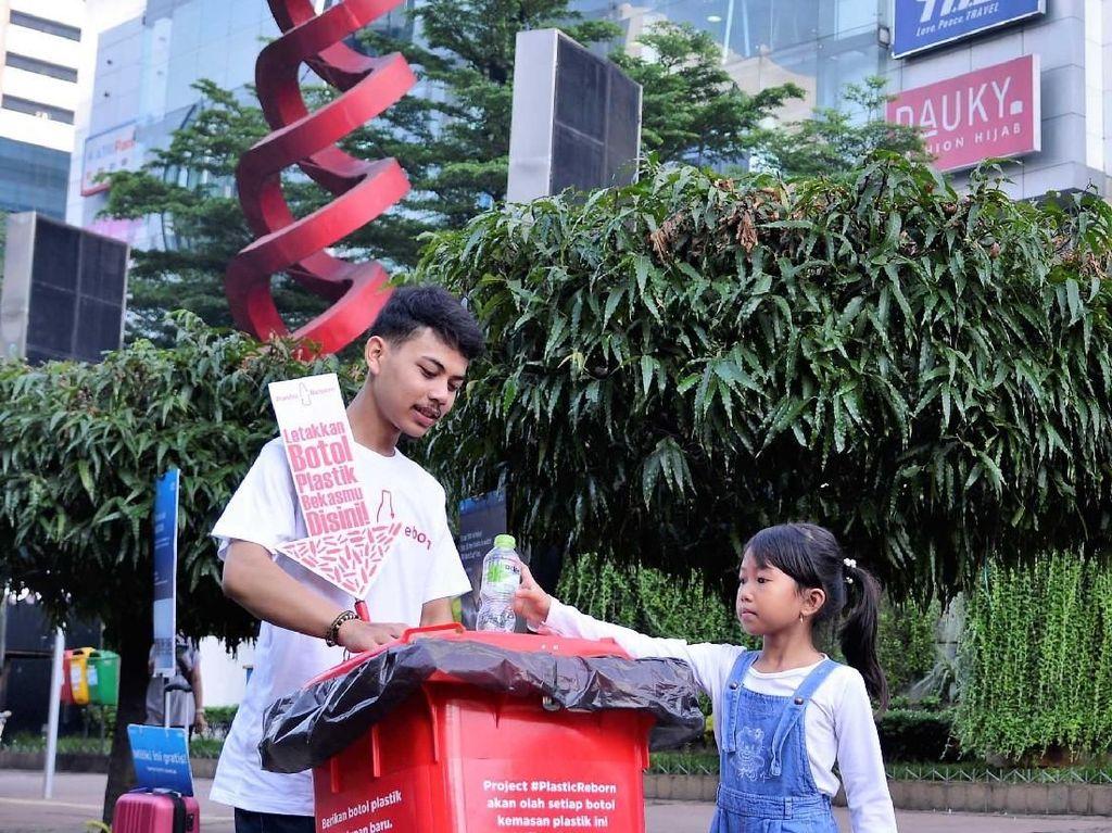 Seorang anak ikut belajar mengolah sampah plastik. Pool/Plastic Reborn.