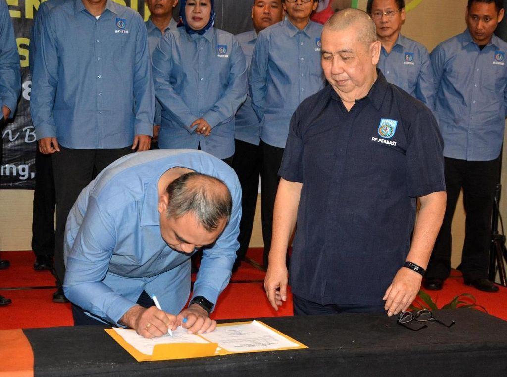 Ketua Perbasi Banten Zaki Iskandar menandatangani berita acara pelantikan dengan disaksikan Ketua Umum Perbasi Pusat Danny Kosasih. Istimewa/Perbasi.