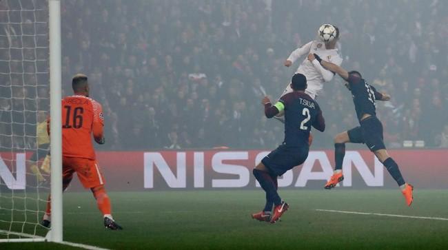 Di tengah kepulan asap pada menit ke-51, Cristiano Ronaldo mencetak gol ke gawang PSG yang dikawal Alphonse Areola setelah menerima umpan dari Lucas Vazquez yang berada di sayap kiri.(REUTERS/Gonzalo Fuentes)