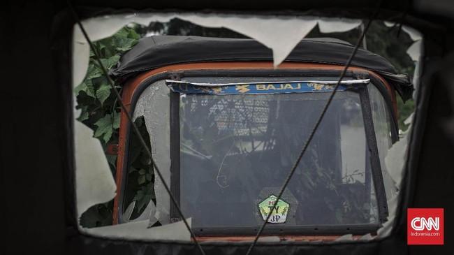 Mayoritas bajaj oranye masih memiliki mesin walaupun sudah karatan karena terkena hujan dan tak lagi digunakan. Mesin bajaj masih terpasang di bawah jok sopir. (CNN Indonesia/Adhi Wicaksono)