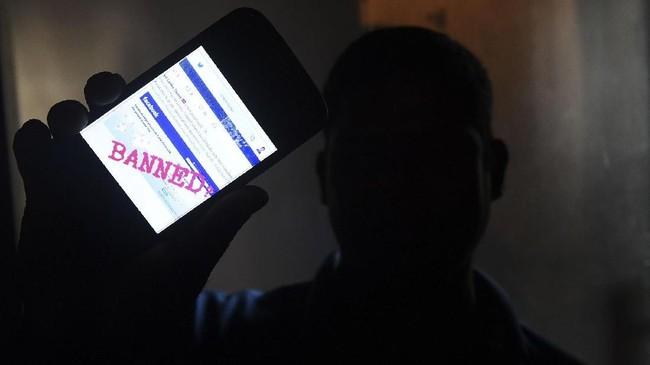 Beberapa pihak dilaporkan mencoba menghasut warga untuk memicu kericuhan melalui media sosial Facebook. Karena itu, otoritas Sri Lanka memblokir media sosial, seperti Facebook, Viber, dan Whatsapp, untuk mencegah meluasnya kekerasan komunal. (AFP PHOTO/ISHARA S. KODIKARA)