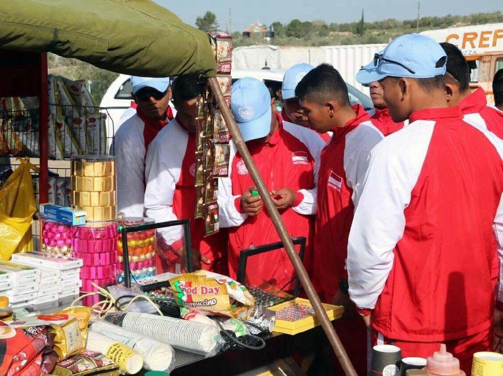 Tidak mau ketinggalan, para Wanita TNI Satgas Indobatt turut berpartisipasi dalam memeriahkan kegiatan bazar murah program Cimic, dengan menggelar aneka makanan tradisonal dan bermacam asesories khas Indonesia. Pool/Konga.