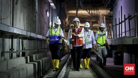 Jokowi Minta Anies Bersihkan Jalan dari Seng Pembatas Proyek