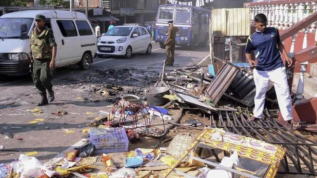 Bentrokan pecah pada Senin (5/3), tak lama setelah pemakaman sang sopir selesai. Polisi menyebut sekelompok umat Buddha menyerang dan membakar toko-toko milik umat Muslim di distrik tersebut. Jenazah seorang warga ditemukan dalam salah satu toko yang terbakar itu. (AFP PHOTO)