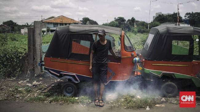 Meski banyak yang telah usang, ada pula mesin bajaj oranye yang masih menyala. Tampilan bajaj itu juga tampak terawat. (CNN Indonesia/Adhi Wicaksono)