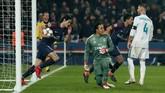Edinson Cavani menyamakan kedudukan untuk PSG pada menit ke-71. Casemiro yang berupaya menyapu bola untuk mengakhiri kemelut di depan gawang Madrid justru membuat bola mengenai kaki Cavani dan masuk ke gawang Madrid. (REUTERS/Benoit Tessier)