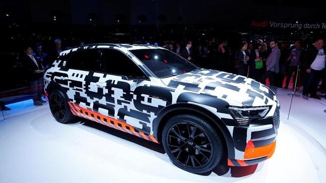 Audi E-Tron berbalut warna hitam putih saat meramaikan Geneva International Motor Show ke-88 di Palexpo, Geneva, Switzerland (REUTERS/Denis Balibouse)