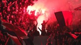 Suporter Paris Saint-Germain menyambut pertandingan kontra Real Madrid di Stadion Parc des Princes, Selasa (6/3), dengan gegap gempita. Bahkan mereka menyalakan suar yang menimbulkan asap dan mengganggu pandangan. (REUTERS/Benoit Tessier)