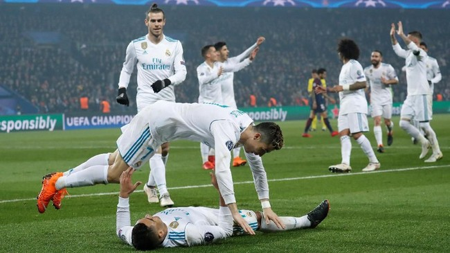 Cristiano Ronaldo merayakan gol Casemiro. Real Madrid berada dalam jalur yang benar untuk merebut gelar Liga Champions untuk kali ketiga beruntun. (REUTERS/Benoit Tessier)