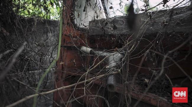 Sebagian besar kerangka bajaj tampak berkarat dan bolong, seperti di bagian stang, lampu, jok, dan kap penutup. (CNN Indonesia/Adhi Wicaksono)