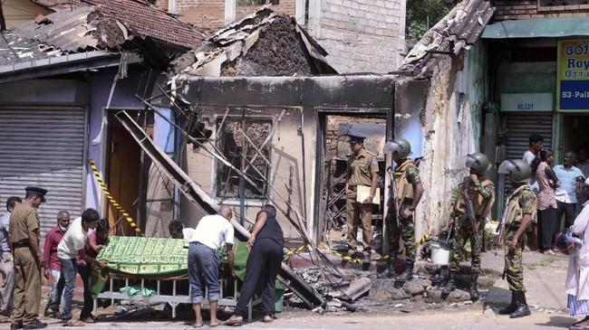 Kerusuhan dan pembakaran toko di Distrik Kandy bermula pada Minggu (4/3), setelah seorang sopir truk, yang merupakan umat Buddha Sinhala, meninggal beberapa hari usai bertengkar dengan empat warga Muslim di sana. (REUTERS/Stringer)