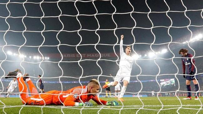 Madrid kembali unggul pada menit ke-80 setelah Casemiro mencetak gol. Bola yang dilepaskan gelandang asal Brasil itu mengenai pemain PSG dan berubah arah sehingga mengecoh Alphonse Areola. (REUTERS/Gonzalo Fuentes)
