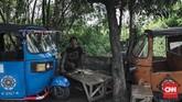 Bajaj, moda transportasi bermesin dua tak dan berbahan bakar bensin ini masuk ke Jakarta pada 1975 di era Gubernur Ali Sadikin. (CNN Indonesia/Adhi Wicaksono)